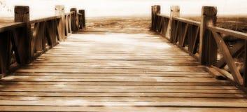 Hölzerne Brücke im Park Stockfotografie
