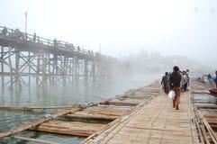 Hölzerne Brücke im shangkla THAILAND Stockfotos