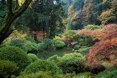 Hölzerne Brücke, japanischer Garten Stockfoto