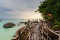 Hölzerne Brücke mit Sonnenuntergang an Pattaya-Strand in Koh Lipe Island Lizenzfreie Stockbilder