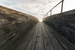 Hölzerne Brücke mit Wolken und Himmel oben Stockfotos
