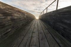 Hölzerne Brücke mit Wolken und Himmel oben Stockfoto