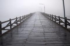 Hölzerne Brücke in Nebel Stockfotos