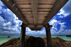 Hölzerne Brücke und Meer Lizenzfreies Stockfoto
