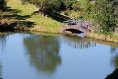 Hölzerne Brücke und See Stockfotos