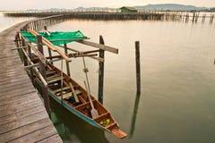 Hölzerne Brücke zum Fischerhaus im Meer, Thailand Stockfoto
