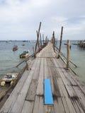 Hölzerne Brücke zum Meer Stockfotos