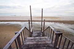 Hölzerne Brücke zum Meer Lizenzfreies Stockfoto