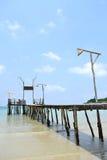 Hölzerne Brücke zum Meer in Kood Insel Stockbilder