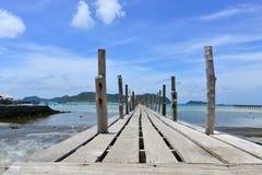Hölzerne Brücke zum Meer am samaesarn Thailand Lizenzfreie Stockbilder
