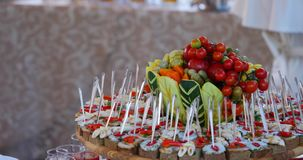 Hölzerne braune Tabellen voll von verschiedenen Snäcken für Partei- oder Hochzeitsfeier stock video