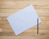 Hölzerne Bretter und leeres Papier Stockbilder