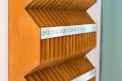 Hölzerne Briefkästen im Eingang eines Wohngebäudes Stockbild