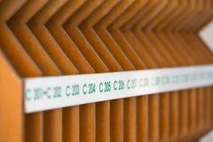 Hölzerne Briefkästen im Eingang eines Wohngebäudes Lizenzfreies Stockfoto