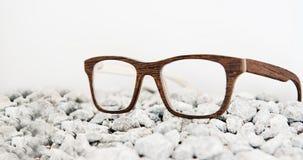 Hölzerne Brillen auf Steinen Lizenzfreie Stockbilder