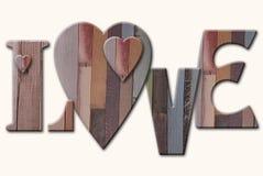 Hölzerne Buchstaben lieben mit Herzen auf weißem Hintergrund Stockfotos