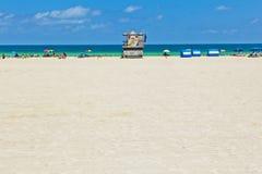 Hölzerne Buchtuhrhütte in dem Ozean in Miami lizenzfreies stockfoto