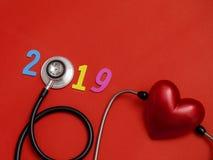 Hölzerne bunte auf Textfahne 2019 für Gesundheitswesen und Rot hören lizenzfreies stockbild