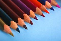 Hölzerne bunte Bleistifte in der Reihe, Nahaufnahme Lizenzfreie Stockbilder