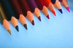 Hölzerne bunte Bleistifte in der Reihe, Nahaufnahme Stockfotos
