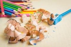 Hölzerne bunte Bleistifte mit dem Schärfen von Schnitzeln Lizenzfreie Stockfotografie