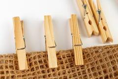 Hölzerne Clip für die Befestigung der gewaschenen Unterwäsche auf einer Schnur Alte natürliche Wohnaccessoires stockfotografie