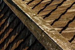 Hölzerne Dachplatte des alten Hauses Stockbilder