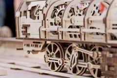 Hölzerne Dampflokomotive der Kinder, zusammengebaut von geschnittenen Teilen Lizenzfreie Stockfotos