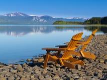 Hölzerne deckchairs, die szenischen See Laberge übersehen Lizenzfreies Stockfoto