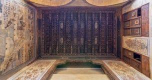 Hölzerne Decke verziert mit Blumenmusterdekorationen und -wandgemälde an historischem Beit El Set Waseela-Gebäude, altes Kairo, Ä stockbild