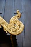 Hölzerne Dekoration des heftigen Verlangens des Naga auf Giebel des thailändischen Tempels Stockfotos