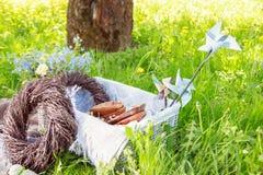 Hölzerne Dekorationen auf einem Picknick Stockbild