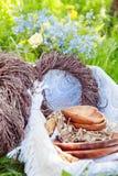 Hölzerne Dekorationen auf einem Picknick Lizenzfreie Stockfotos