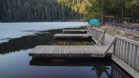 Hölzerne Docks im kleinen See lizenzfreies stockbild