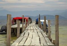 Hölzerne Docks im See Tota stockbilder