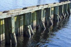 Hölzerne Dockstruktur an einem Florida-Jachthafen. Stockfoto