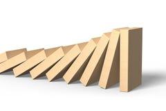 Hölzerne Dominos, die mit letzter Stückstellung fallen Lizenzfreie Stockbilder
