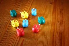 Hölzerne dreidels für Chanukka auf Holztisch Lizenzfreie Stockfotografie