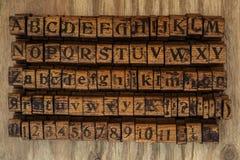 Hölzerne Druckstöcke Alphabet und Zahlen Lizenzfreie Stockfotos
