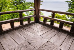 Hölzerne Ecke von Senjokaku u. von x28; Toyokuni Shrine& x29; auf Miyajima-Insel lizenzfreies stockfoto