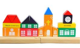 Hölzerne Eisenbahn und toyhouses getrennt über Weiß Lizenzfreies Stockfoto
