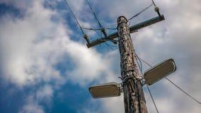 Hölzerne Electric Power-Verteilungs-Linie Pole lizenzfreie stockfotografie
