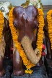 Hölzerne Elefanten an Erawan-Schrein Stockfoto