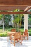 Hölzerne entspannende Stühle und Tabelle Stockfoto