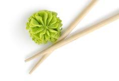 Hölzerne Ess-Stäbchen und wasabi getrennt Lizenzfreies Stockfoto