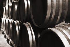 Hölzerne Fässer in der Weinkellerei, Abschluss herauf Foto Lizenzfreies Stockbild
