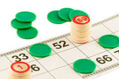 Hölzerne Fässer des Lottos und grüne Chips auf einem weißen Hintergrund stockbilder