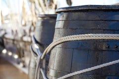 Hölzerne Fässer in einem Schiff Stockbild