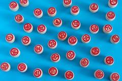 Hölzerne Fässer für Bingo auf einem blauen Hintergrund stockfotografie