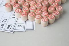 Hölzerne Fässer und Karten für ein Lotto, Nahaufnahme Stockbilder